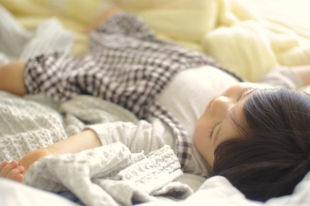 寝ている子供の写真