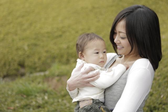 赤ちゃんを抱いた女性の写真