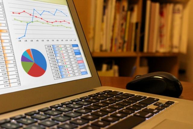 グラフが映っているパソコンの写真